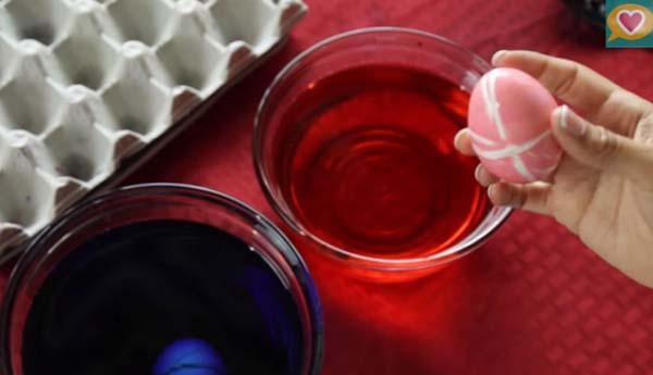 jak nabarvit velikonoční vajíčka lakem pomoci gumičky
