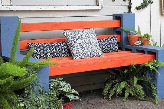 Jednoduchá venkovní lavička z dřeva a tvárnic