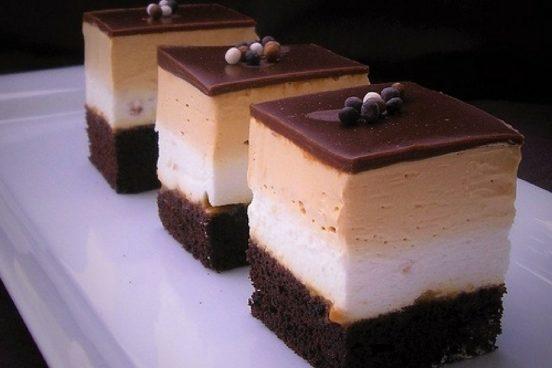 recept-na-kakaove-rezy-s-karamelovym-a-jogurtovym-kremem